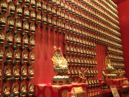 A wall of Buddhas
